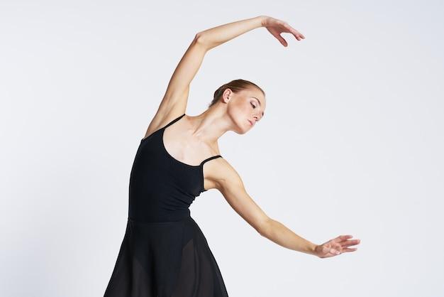 Kobieta baleriny tańczy w tutu