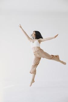 Kobieta baletnica w stylu współczesnym. kobieta w studio tańca.
