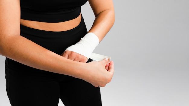 Kobieta bandażuje jej ręka wysokiego widok
