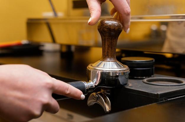 Kobieta barista przy użyciu profesjonalnej filiżanki kawy