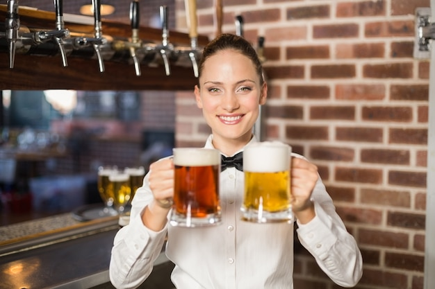 Kobieta barman gospodarstwa piwa