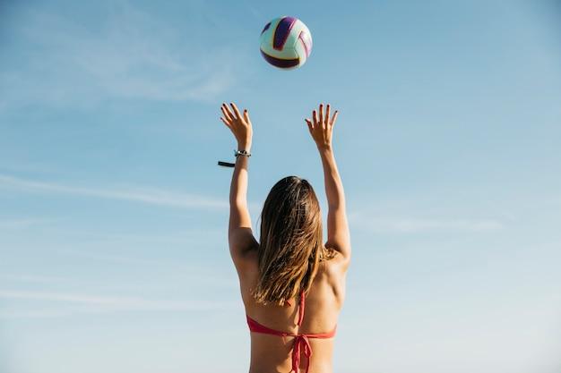 Kobieta bawić się siatkówkę przy plażą