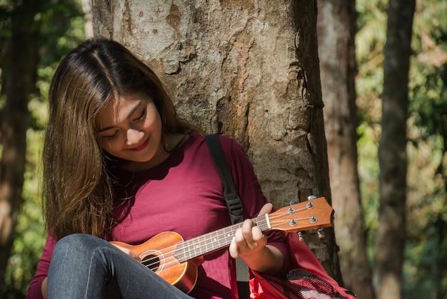 Kobieta bawić się ukulele.