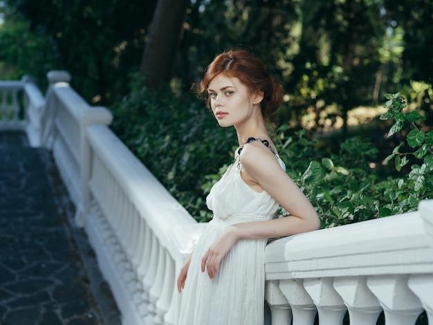 Kobieta biała sukienka w parku natura styl życia dekoracji
