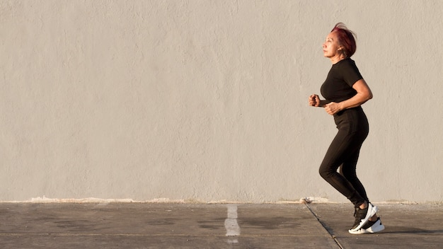 Kobieta biega outdoors kopii przestrzeń