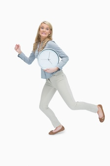 Kobieta biega podczas gdy trzymający zegar