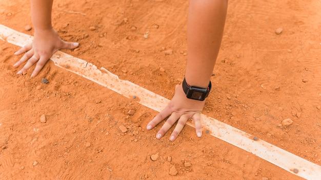 Kobieta biegacz w pozycji wyjściowej