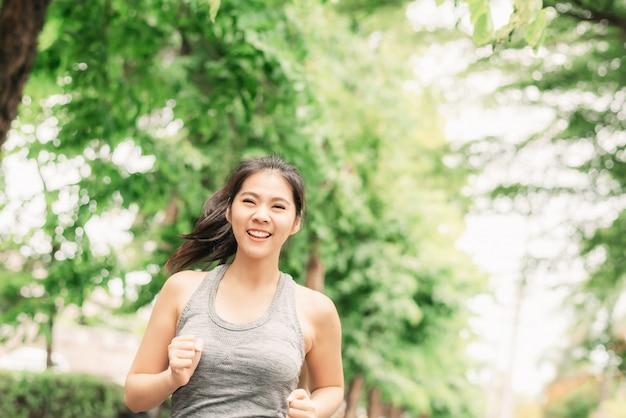 Kobieta biegacza biegać plenerowy w parku dla zdrowie
