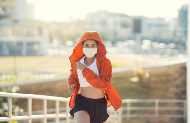 Kobieta biegacze rano ćwiczenia nosi maskę na nos. ochrona przed kurzem i wirusami