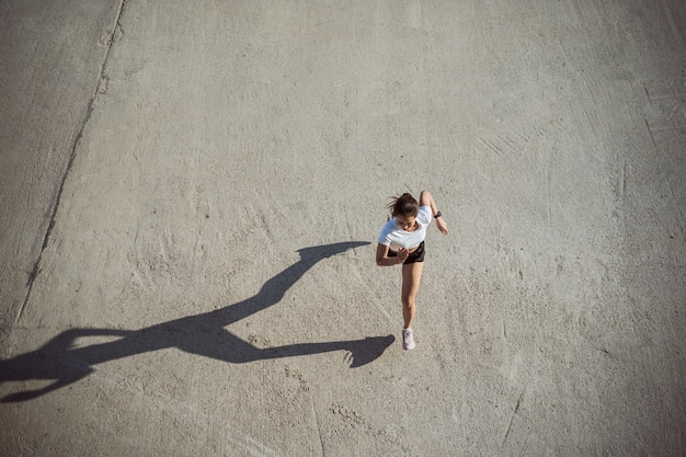 Kobieta biegaczy rano ćwiczenia, obraz widok z góry