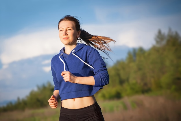 Kobieta biegająca na świeżym powietrzu, trening biegowy