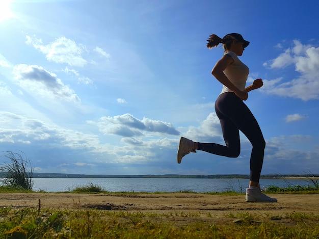 Kobieta biegania na świeżym powietrzu