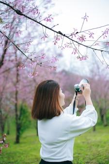 Kobieta bierze fotografię w zimie.