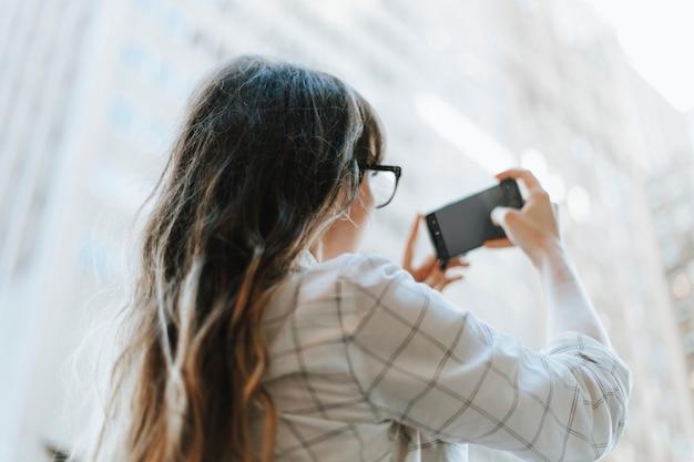 Kobieta bierze fotografię widok w miasto nowy jork, usa