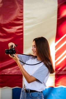 Kobieta bierze fotografię z kamerą