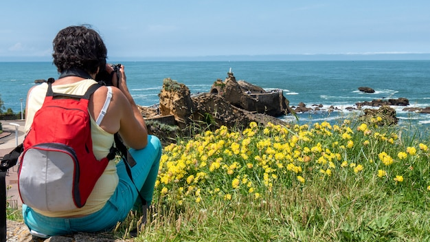 Kobieta bierze obrazek od skały dziewicy, biarritz miasto, francja