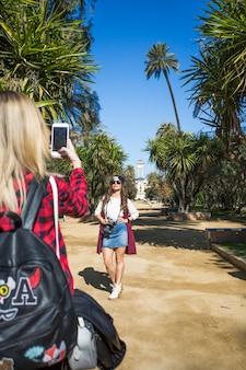 Kobieta bierze obrazek przyjaciel w parku