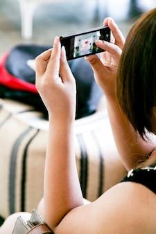 Kobieta bierze obrazek z mądrze telefonem