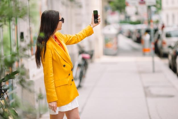 Kobieta bierze selfie na ulicie