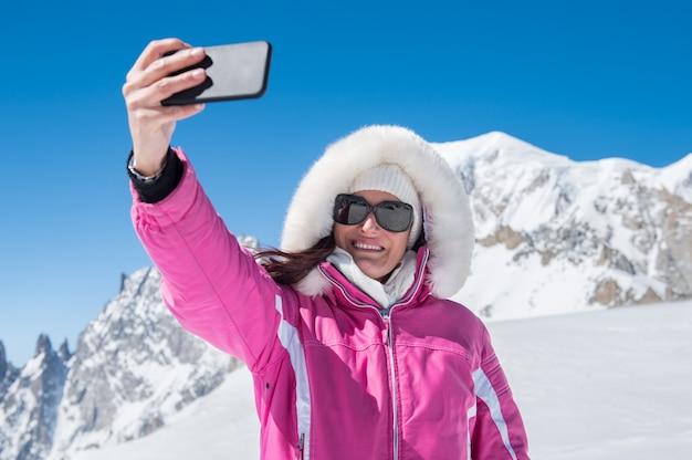 Kobieta bierze selfie z śniegiem