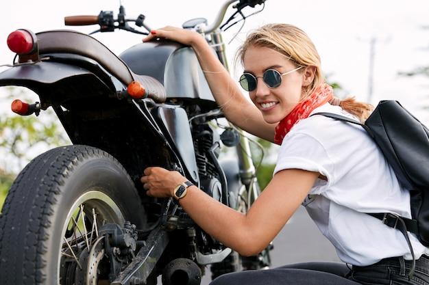 Kobieta biker naprawy motocykla