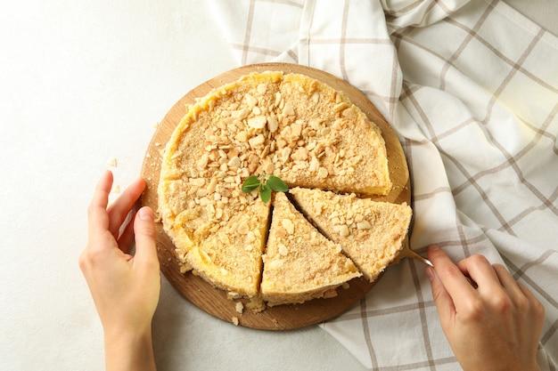 Kobieta, biorąc ciasto napoleona z łopatką, widok z góry