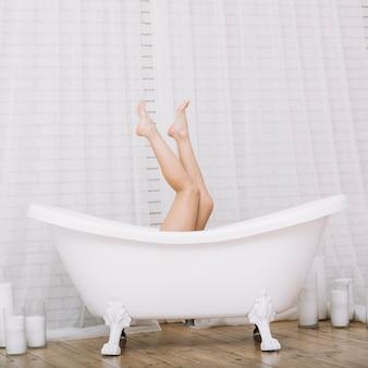 Kobieta biorąc relaksującą kąpiel w spa