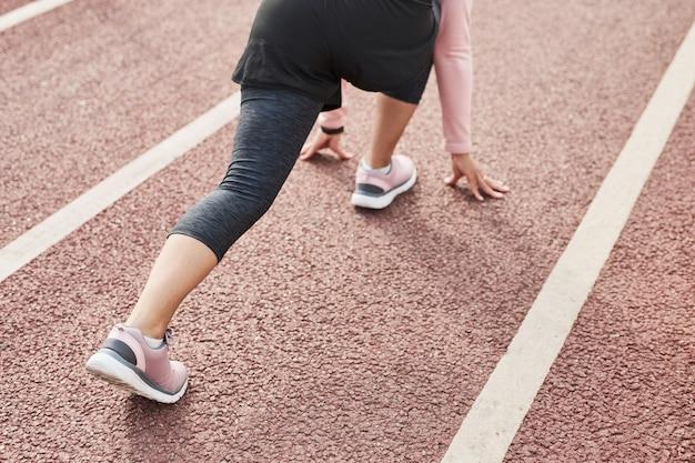 Kobieta biorąca udział w wydarzeniu sportowym