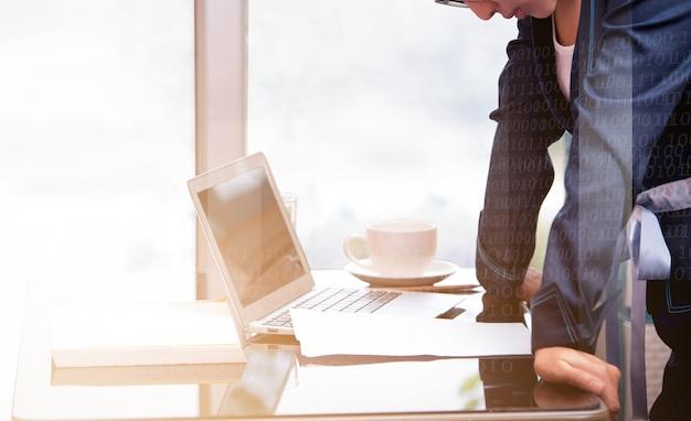 Kobieta biurowa stojąca i trzymająca rękę na biurku i patrząca na papier do pisania