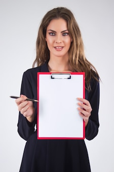 Kobieta biznesowych posiadających schowka z pióra i miejsca kopiowania, isol