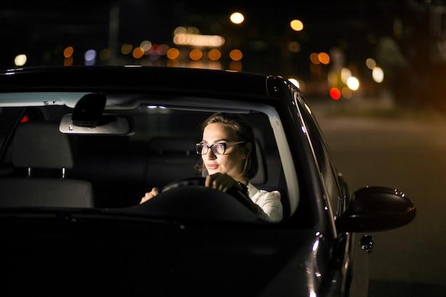 Kobieta biznesowych w samochodzie