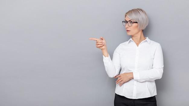 Kobieta biznesowych wskazujące miejsca kopiowania