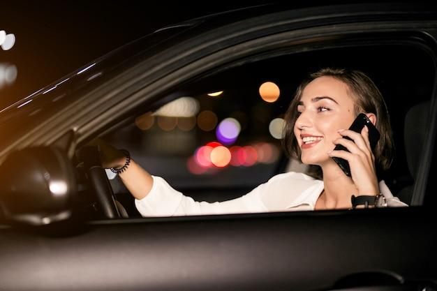 Kobieta biznesowych z telefonu w samochodzie