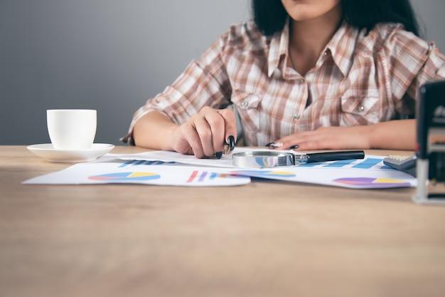 Kobieta biznesu analizuje biznesplan
