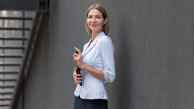Kobieta biznesu buźkę widok z boku