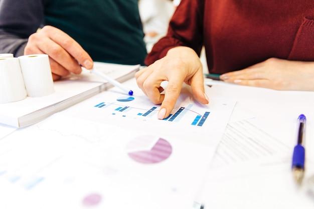 Kobieta biznesu i mężczyzna pracuje w domu, praca zdalna w domu, z laptopem i notatnikiem, robi notatki na telefon