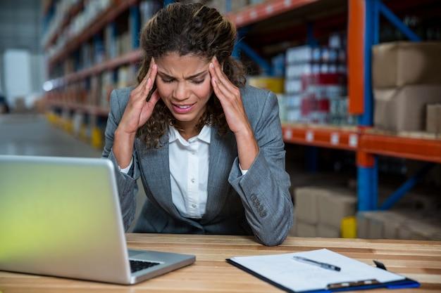 Kobieta biznesu jest zestresowana z powodu pracy