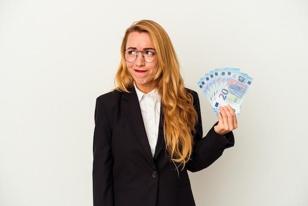 Kobieta biznesu kaukaski gospodarstwa rachunki na białym tle mylić, czuje się wątpliwe i niepewne.