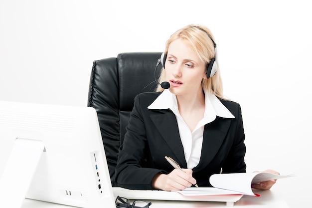 Kobieta biznesu lub pewna siebie księgowa w biurze