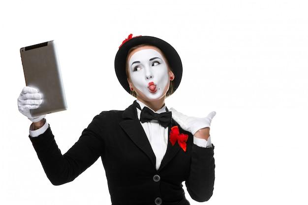 Kobieta biznesu na obrazie mim trzyma tablet pc