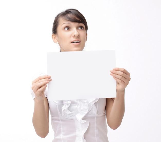Kobieta biznesu pokazując plakat z pomocą słowa.