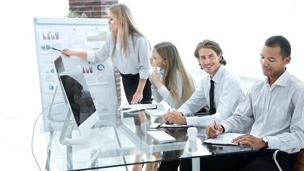 Kobieta biznesu przeprowadza prezentację nowego projektu partnerom biznesowym