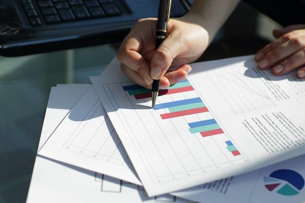 Kobieta biznesu z bliska sprawdza harmonogram finansowy