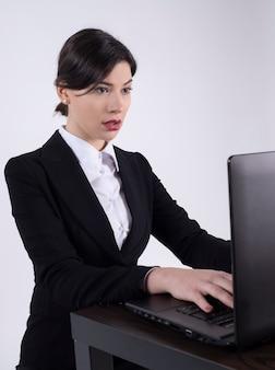 Kobieta biznesu z laptopem patrząc zaskoczony