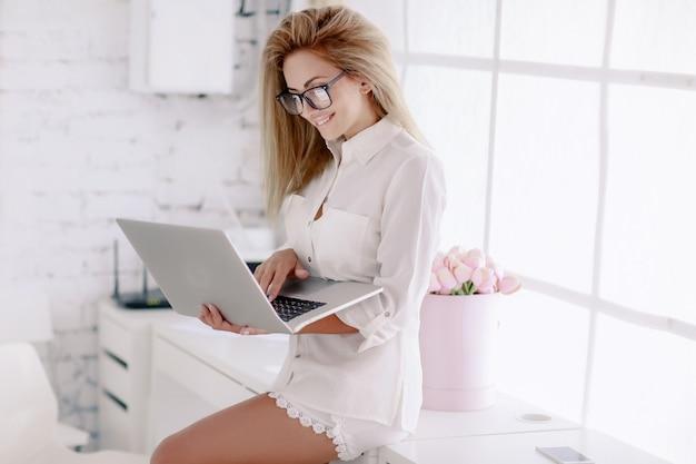 Kobieta bizneswoman w szkłach pracuje w biurze