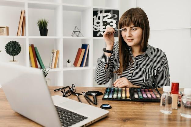 Kobieta blogerka makijażu ze streamingiem w domu
