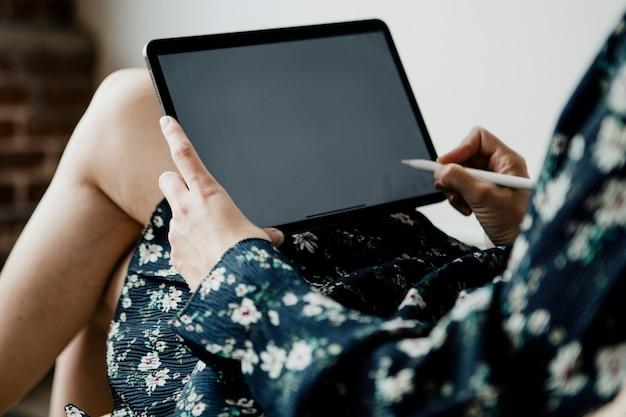Kobieta blogująca na makiecie cyfrowego tabletu