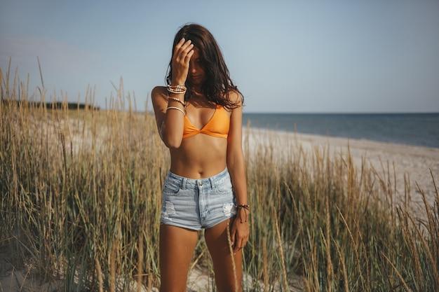Kobieta boho na plaży w pobliżu morza