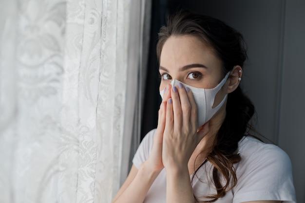 Kobieta boi się przeziębienia, dorosły w masce przeciwpyłowej, pył pm 2,5