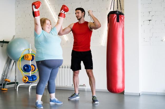 Kobieta boks z trenerem